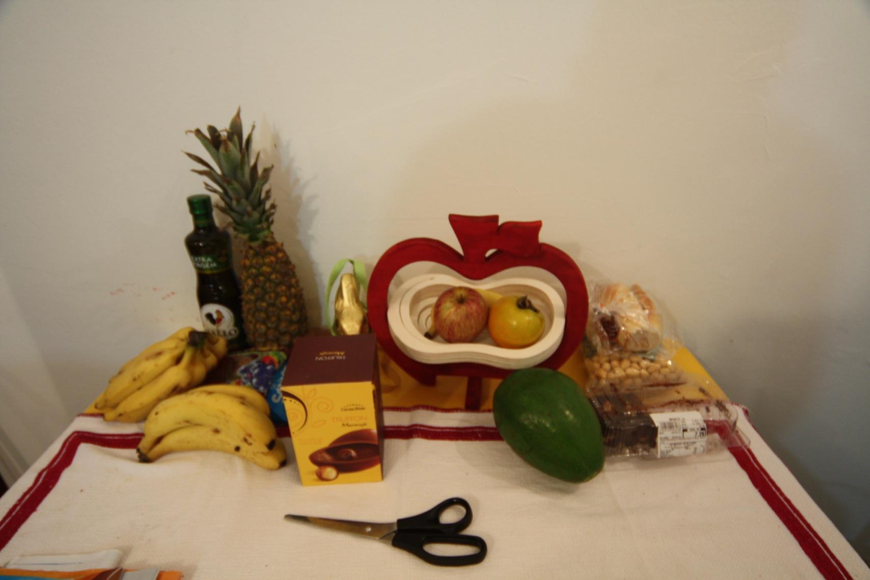 Der Küchentisch mit Früchtesortiment. Man beachte die gigantische Avocado. Hier ist alles etwas größer...
